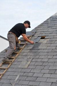 Réparation d'une toiture en ardoises